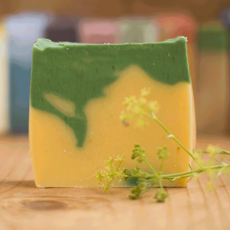 Handgesiedete Naturseife Zitronengras - Frisch, sportlich und wunderschön.